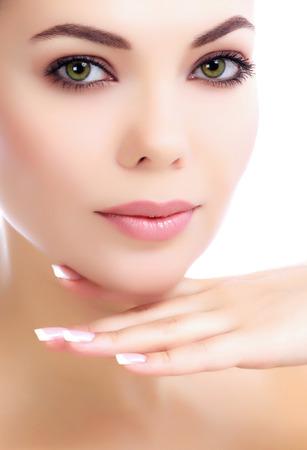 Jeune femme avec la peau claire et fraîche, fond blanc