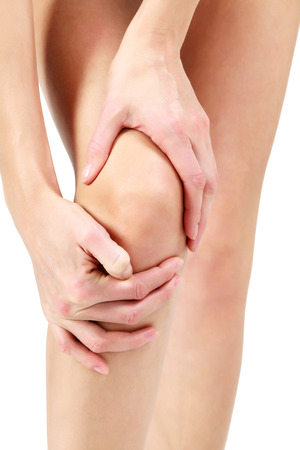 Douleur dans une jambe, femme tenant des maux de genou, fond blanc Banque d'images