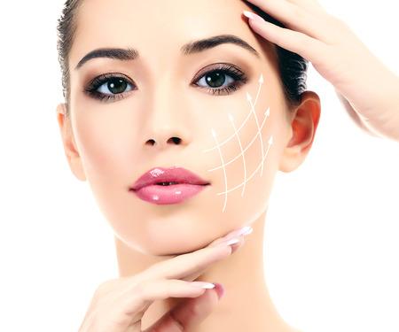 Jong vrouw met schone frisse huid, witte achtergrond
