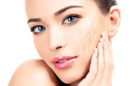 清潔で新鮮な皮膚、白い背景を持つ若い女性