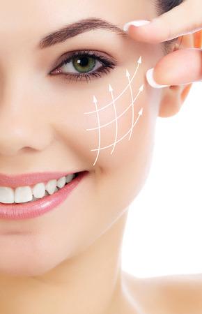 Allegro femminile con la pelle fresca chiara, sfondo bianco