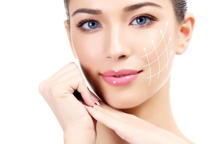 깨끗하고 신선한 피부를 가진 젊은 여성, 흰색 배경 스톡 콘텐츠