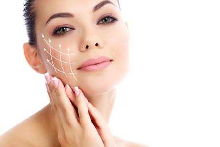 Jeune femme avec la peau fraîche et propre, fond blanc
