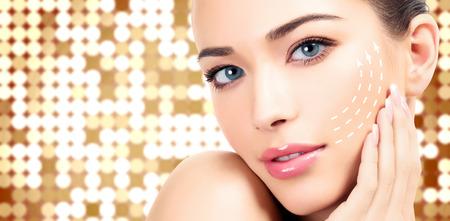 Jeune femme avec la peau propre et fraîche, fond abstrait avec des lumières floues