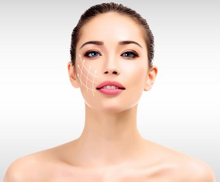 Jeune femme avec la peau fraîche et propre