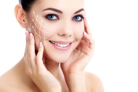 Jeune femme avec la peau propre et fraîche, fond blanc