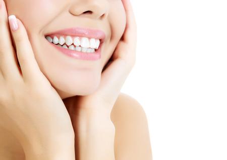 femmes souriantes: Enthousiaste femme avec la peau fra�che et limpide, fond blanc Banque d'images