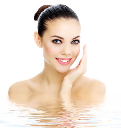 Enthousiaste femme avec la peau fraîche et limpide, fond blanc Banque d'images
