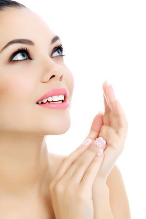 Jonge vrouw met frisse heldere huid, witte Stockfoto