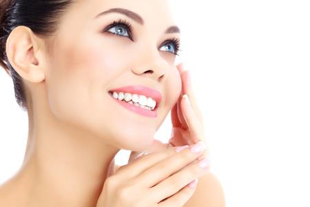 Vrolijke vrouw met frisse heldere huid, witte achtergrond.