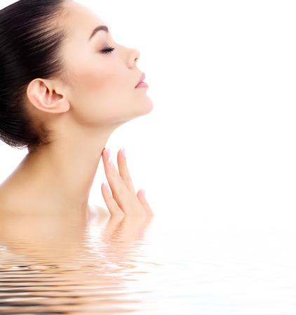 Jonge vrouw raakt haar nek, witte achtergrond, copyspace