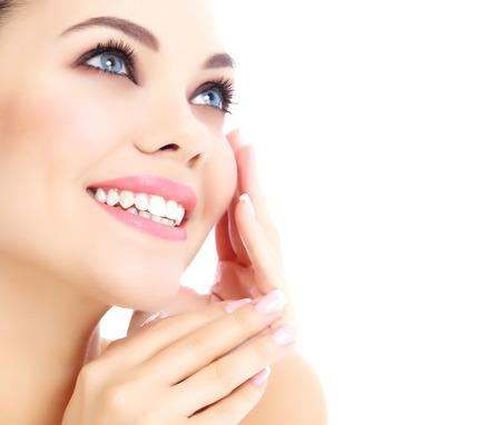 Mujer alegre con la piel fresca y clara, fondo blanco.