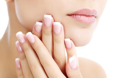 Une partie du visage féminin et les mains, fond blanc, copyspace