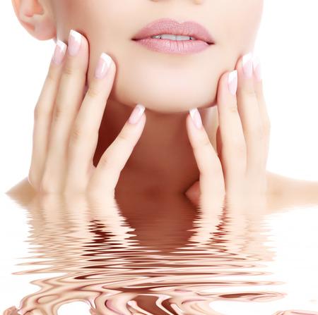 Een deel van vrouwelijk gezicht en handen, witte achtergrond, copyspace