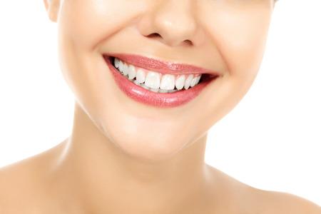 Jonge glimlachende vrouw, witte achtergrond, copyspace
