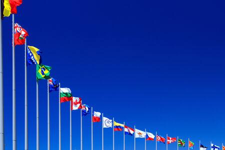 naciones unidas: Banderas contra el cielo azul, copyspace