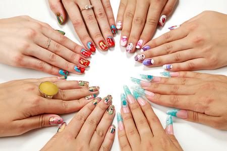 Vrouwelijke handen met diverse nagel kunst Stockfoto