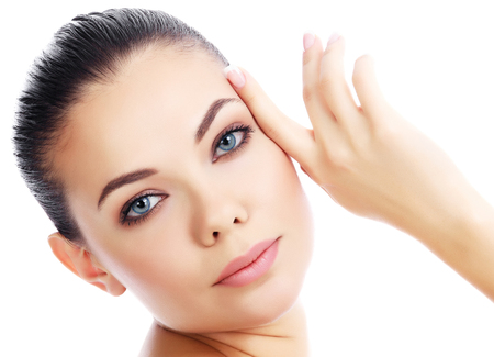 Jonge vrouw met frisse heldere huid, witte achtergrond
