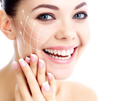 Jonge gelukkige vrouw met schone huid, witte achtergrond