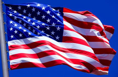 Vlag van de Verenigde Staten tegen een blauwe hemel Stockfoto