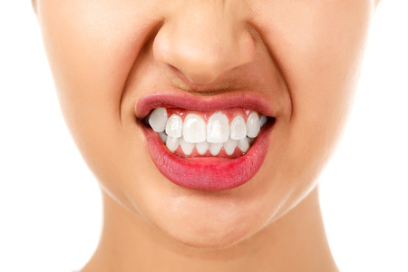 dientes: Mujer enojada, fondo blanco, aislados Foto de archivo