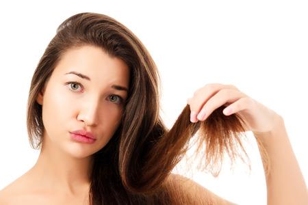 femme montrant ses cheveux fragile, fond blanc, copyspace.