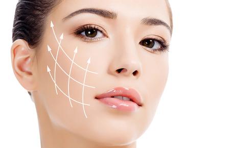 清潔で新鮮な肌、老化防止の概念を持つ若い女性