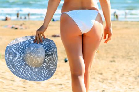 grosse fesse: Femme sur la plage Banque d'images