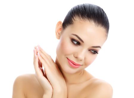 masaje facial: Muchacha hermosa con la piel limpia y fresca, fondo blanco
