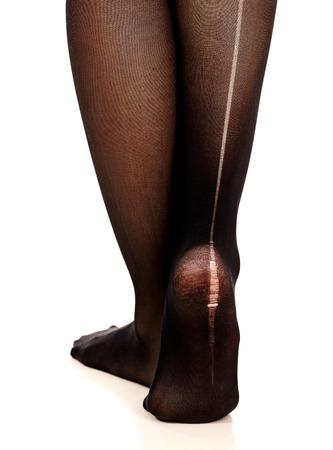 pantimedias: Piernas femeninas en pantimedias rasgadas, fondo blanco, aislado