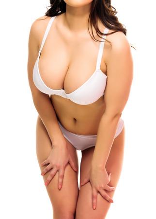 beaux seins: Femme sexy dans une sous-v�tements, fond blanc, isol�, copyspace