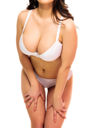 Mujer atractiva en una ropa interior, fondo blanco, aislado, copyspace