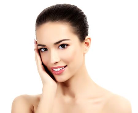cuerpo perfecto femenino: Hermosa chica con piel limpia y fresca, fondo blanco