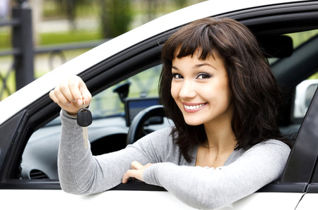 jolie jeune fille: Jolie fille montrant la clé de voiture