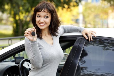 busty: Muchacha bonita en un coche que muestra la clave.