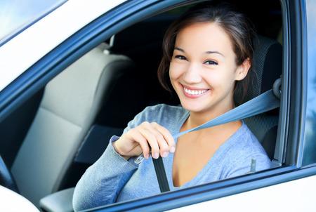 cinturon seguridad: Siempre abroche el cinturón de seguridad. Muchacha en un coche Foto de archivo
