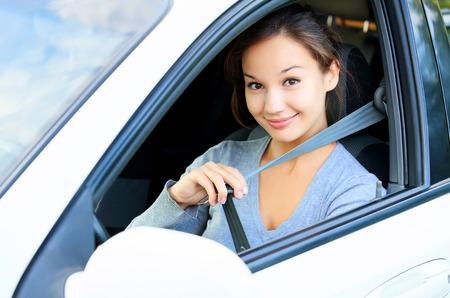 cinturón de seguridad: Siempre abroche el cinturón de seguridad. Muchacha en un coche Foto de archivo