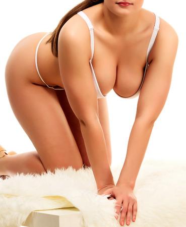 tetas: Mujer atractiva que presenta en un fondo blanco, aislado, copyspace