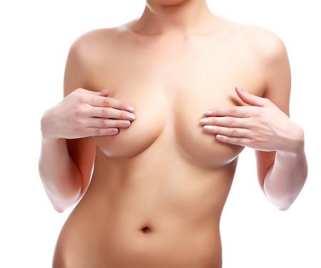 beaux seins: Femme couvrant sa poitrine avec ses mains, fond blanc, isol�, copyspace