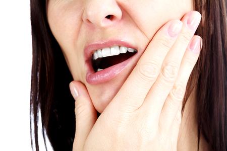 boca abierta: Mujer con un toothpain, aislado en blanco