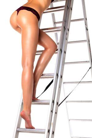 sexy nackte frau: Reizvolle Frau auf einer Leiter, isoliert auf weißem Hintergrund