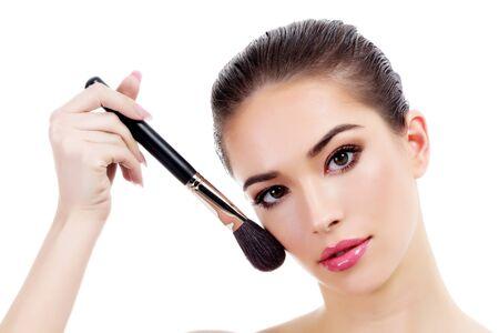 mujeres fashion: Mujer bonita con el pincel de maquillaje, aislado en blanco