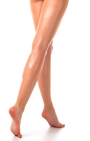 mujer desnuda de espalda: Piernas largas de la mujer, aislado en fondo blanco Foto de archivo