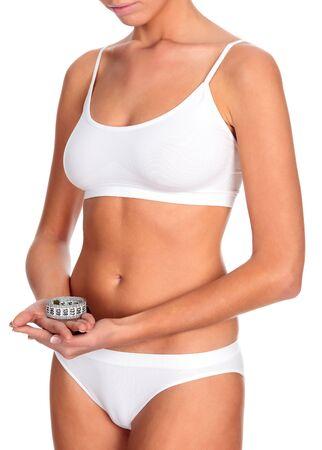 jungen unterwäsche: Dünne Frau in der weißen Unterwäsche hält ein Maßband, isoliert auf einem weißen Hintergrund