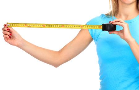cinta metrica: La mujer muestra una cinta amarilla de la medida, aislado en un fondo blanco Foto de archivo