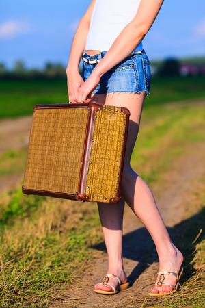 belles jambes: Femme avec grande vieille valise