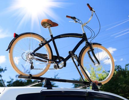 trasporto biciclette - bici sul tetto di una macchina