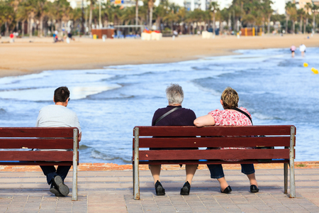 mujer mirando el horizonte: Seniors sentado y en los bancos en frente del mar o el mar