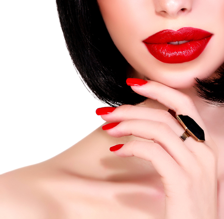 red lips: Retrato de mujer bonita, aislada en el fondo blanco