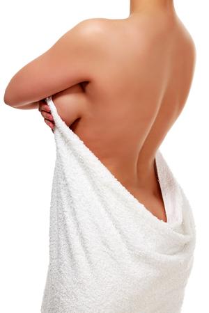 白いタオルを裸の背中、白い背景で隔離の滑らかな肌の女性
